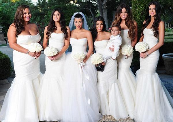 Kim Kardashian mariage et ses demoiselles d'honneur en robes blanches bustier
