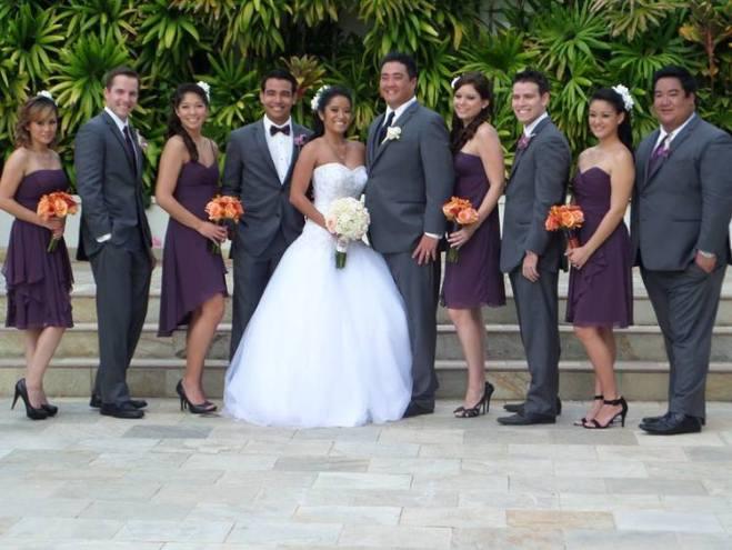marié et garçons d'honneur en violet et en gris