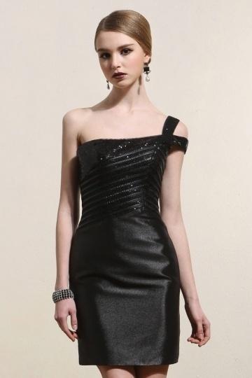 Robe de cocktail courte en satin noire encolure asymétrique cousue de sequins