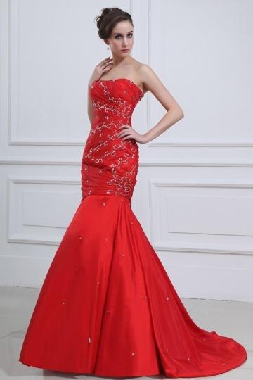 Robe soirée rouge ornée de bijoux sans bretelle style sirène.jpg