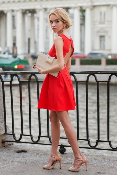 Quel accessoire avec une robe rouge