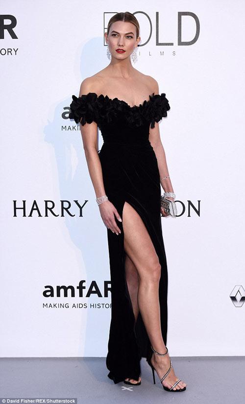 Karlie-Kloss-dans-robe-noir-sexy-fendue