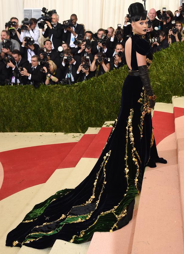 Katy Perry robe longue noire.jpg