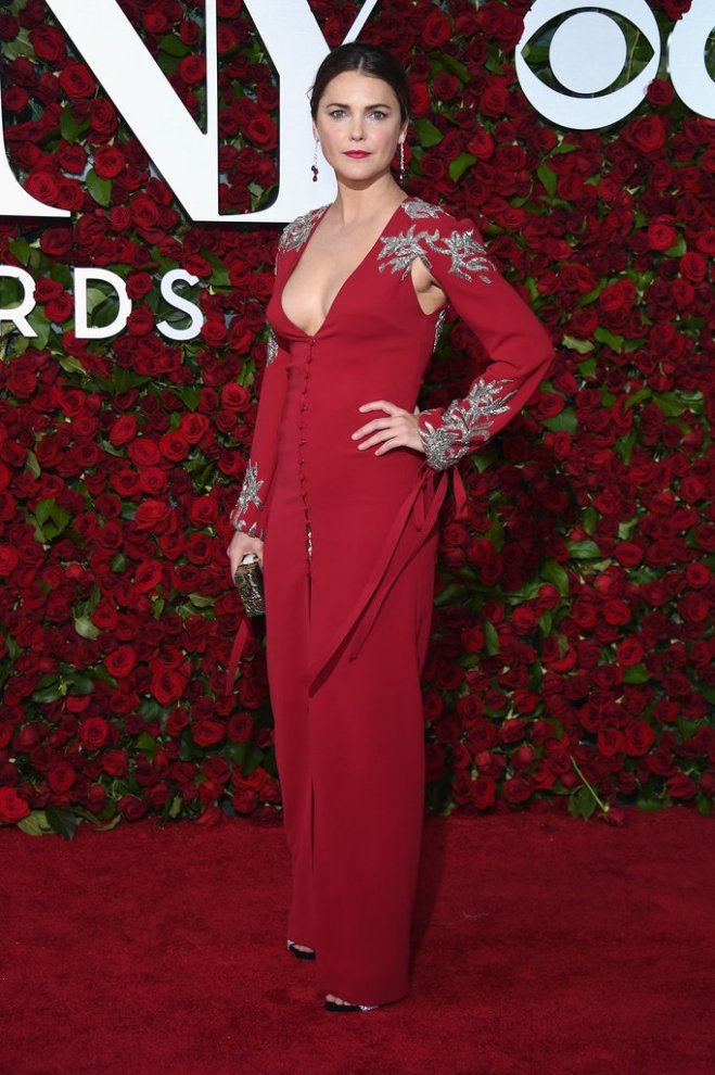 Keri Russell dans robe rouge col V.jpg