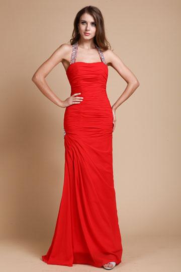 Robe rouge fourreau drapée col halter ornée de strass.jpg