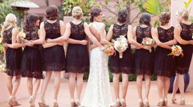 petite robe noire dentelle pour  demoiselle d'honneur et robe mariée dos nu.jpg