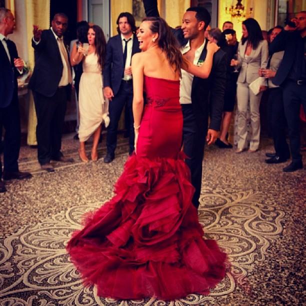robe de mariée sirène rouge chrissy teigen.jpg