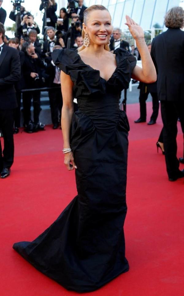 Pamela Anderson robe CANNES.jpg