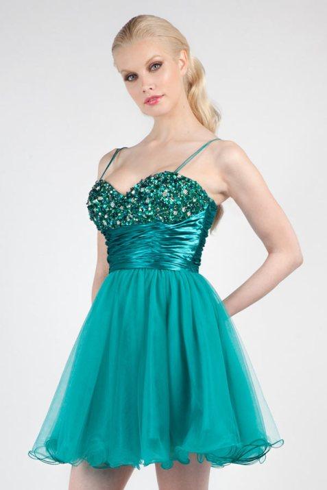 chic robe verte décolletée en coeur paré de paillette aux bretelles fines